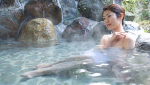 Salah kaprah keyakinan berendam air berbelerang di sumber air panas alami bisa mengobati penyakit kulit salah kaprah.