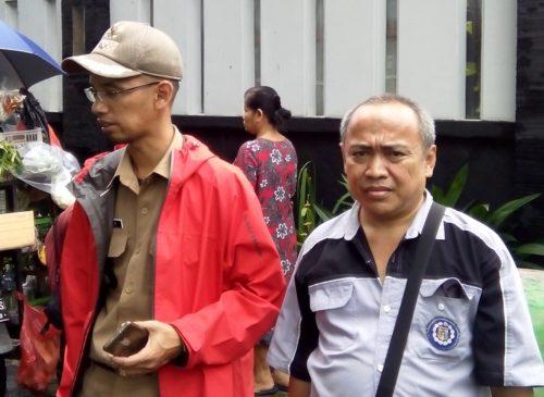 Lurah Jatipadang saat meninjau rumah terdampak longsor pada 21 Februari 2017.