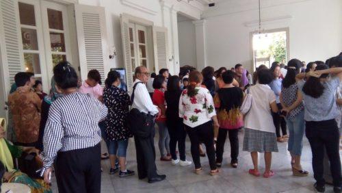 Warga menunggu kedatangan Gubernur Ahok di beranda Balai Kota.