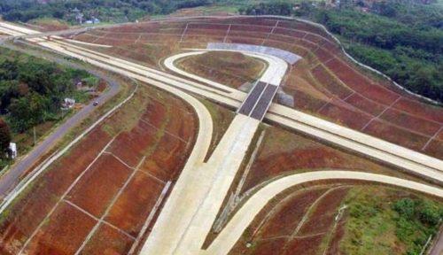 Foto aerial projek pembangunan jalan tol Cileunyi-Sumedang-Dawuan (Cisumdawu) di kawasan Rancakalong, Sumedang, Jawa Barat, Selasa (30/5). Antara/Fahrul Jayadiputra