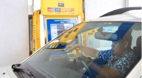 Pengendara mobil melakukan pembayaran nontunai menggunakan kartu uang elektronik atau e-toll di Gerbang tol RAMP Taman Mini 2,  Jakarta,  Kamis 7 September 2017. Sosialisasi penggunaan E-Toll pun terus dilakukan, sebagian gardu tol kini hanya melayani non tunai. TEMPO