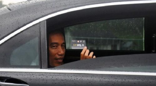Presiden Joko Widodo menunjukkan kartu e-Toll seusai peresmian jalan tol Semarang-Solo seksi III Bawen-Salatiga di Gerbang Tol Salatiga, Jawa Tengah, Senin, 25 September 2017. (Antara/Aloysius Jarot)