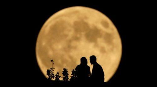 "Sepasang warga duduk di tebing Sungai Missouri River memandangi bulan purnama ""Harvest Moon"" di Kansas City, 8 september 2014. (shutterstock)"