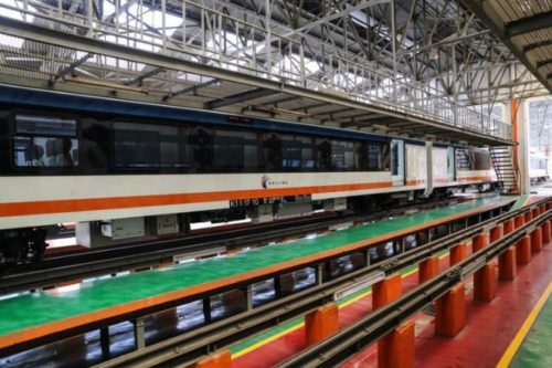 Satu rangkaian kereta Bandara Soekarno-Hatta (Soetta) buatan PT Industri Kereta Api (INKA) terlihat di Balai Yasa, Manggarai, Jakarta, Senin (18/9/2017). Total ada sepuluh train set Kereta Bandara Soekarno-Hatta akan tiba di Balai Yasa Manggarai pada bulan Oktober dan ditargetkan akan beroperasi pada September 2017.(KOMPAS.com/GARRY ANDREW LOTULUNG)