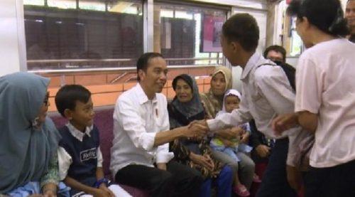 Presiden Joko Widodo (tengah) menyalami seorang siswa saat menaiki KRL Commuter Line tujuan Bekasi dari Stasiun Juanda, Jakarta Pusat, Kamis (28/9/2017), untuk memperingati Hari Ulang Tahun PT Kereta Api Indonesia (KAI). (Biro Setpres)