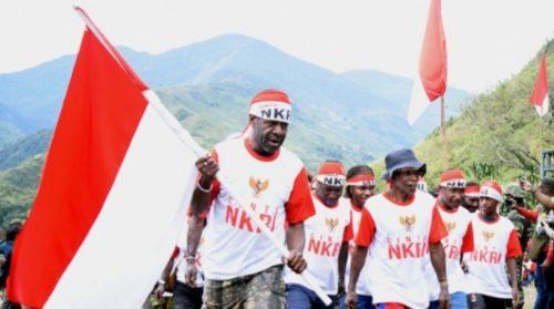 Sejumlah anggota TPN OPM bersiap mengibarkan bendera Merah Putih di Distrik Tinggi Nambut, Puncak Jaya, Papua, 1 Juli 2017. Sebanyak 14 anggota Tentara Pembebasan Nasional (TPN) Organisasi Papua Barat (OPM) bersama ratusan simpatisannya menyerahkan diri.
