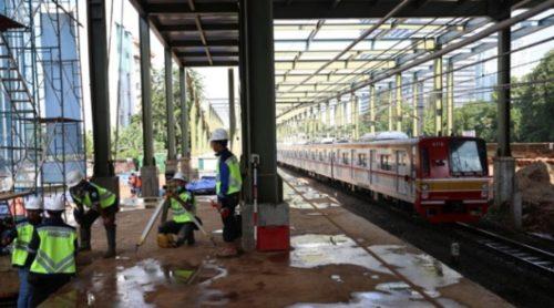 Pekerja menyelesaikan proyek pembangunan stasiun Sudirman Baru kawasan Dukuh Atas, Jakarta, 12 maret 2017. Stasiun yang rencananya akan beroperasi pada akhir tahun 2017 tersebut akan berfungsi sebagai area interchange yang menguhubungkan masyarakat dengan Stasiun Sudirman Baru (stasiun kereta Bandara Soekarno-Hatta). (Tempo/Eko Siswono Toyudho)
