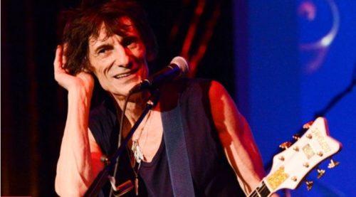 Ronnie Wood, gitaris Rolling Stones memegang telinganya untuk mendengarkan suara dari penonton saat beraksi di The Cutting Room (7/11). Wood melakukan pertunjukan langka di Ruang Cutting untuk memainkan musik Jimmy Reed. (AP/Evan Agostini)