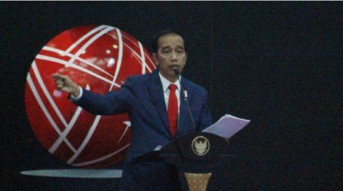 Presiden Jokowi berkunjung ke kantor pusat PT Bursa Efek Indonesia (BEI), Jakarta, 31 Agustus 2017. Kedatangan presiden untuk menghadiri pencatatan perdana produk sekuritisasi KIK EBA Mandiri JSMR01-Surat Berharga Pendapatan Tol Jakarta-Bogor-Ciawi (Jagorawi) atau KIK EBA Mandiri JSMR01. (TEMPO/Ilham Fikri)