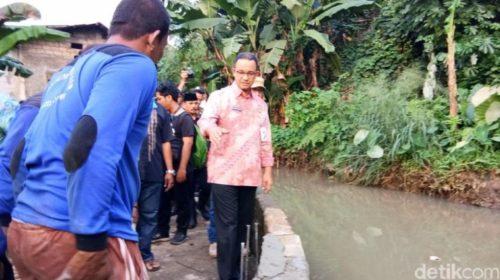Gubernur DKI Jakarta Anies Baswedan meninjau turap tanggul yang jebol di Kali Pulo, Jl Masjid Al Ridwan, Jatipadang, Jaksel. (Meilika Asanti/detikcom)